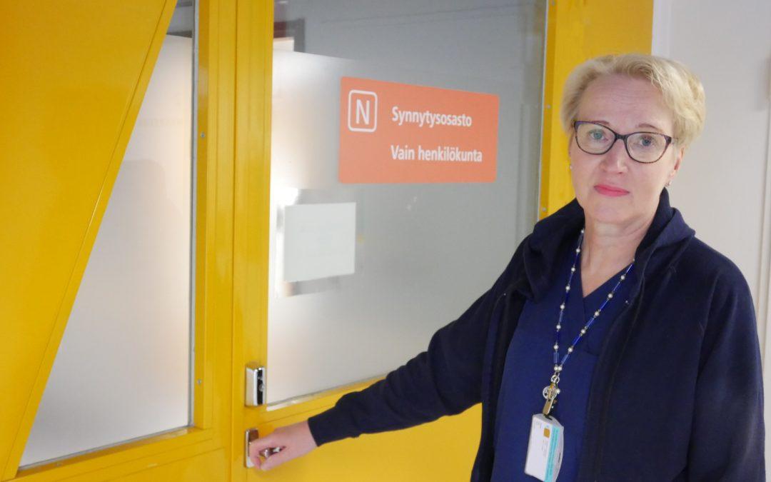 Kuvassa Erja avaa synnytysosaston oven