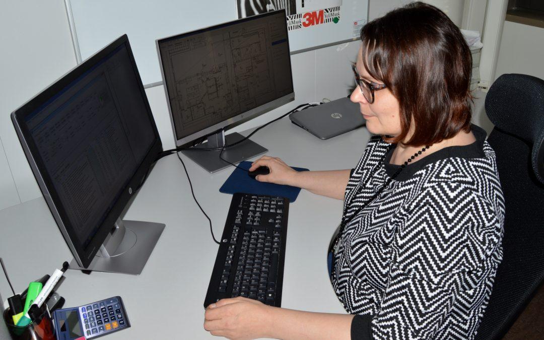 Kuvassa Tanja työpöytänsä äärellä ja katsoo näyttöään